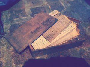 ダビッド講師宅の地下室で見つけた、第二次世界大戦時のおじいちゃんのメモや本が入った箱