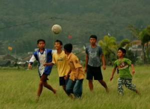 子供達がサッカーをやっている様子