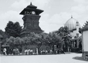 ジャカルタの最大モスクの前に最大の教会がある風景